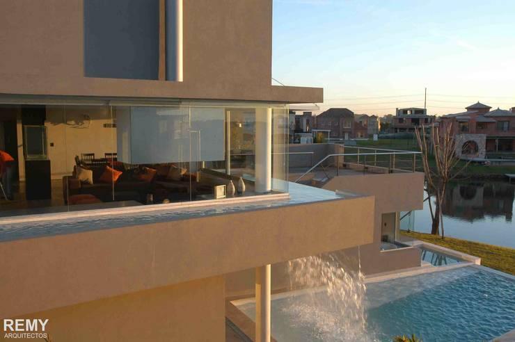 Casa de la Cascada: Casas de estilo  por Remy Arquitectos
