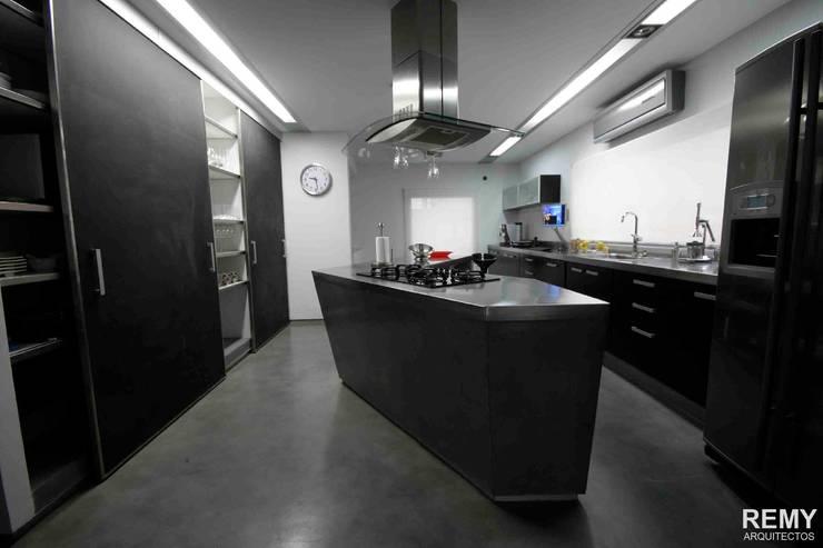 Casa de la Cascada: Cocinas de estilo  por Remy Arquitectos