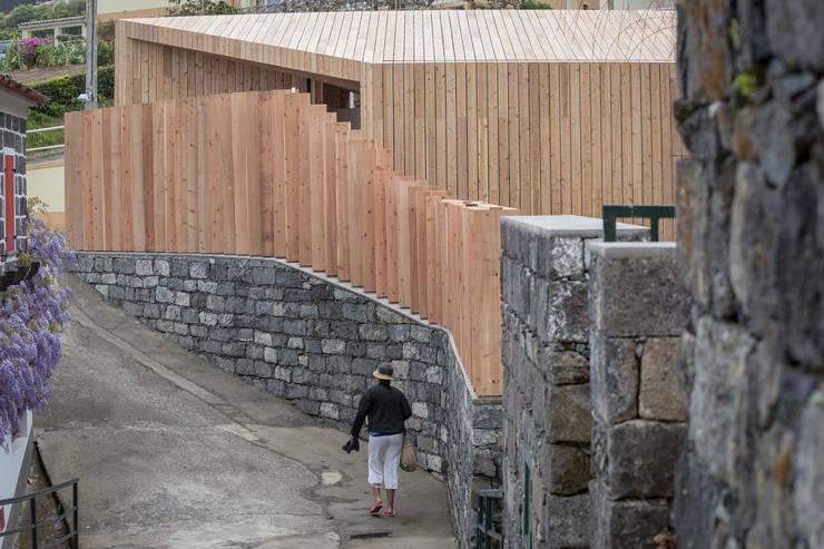 PISCINAS TERMAIS POÇA DA DONA BEIJA: Corredores e halls de entrada  por Monteiro, Resendes & Sousa Arquitectos lda.