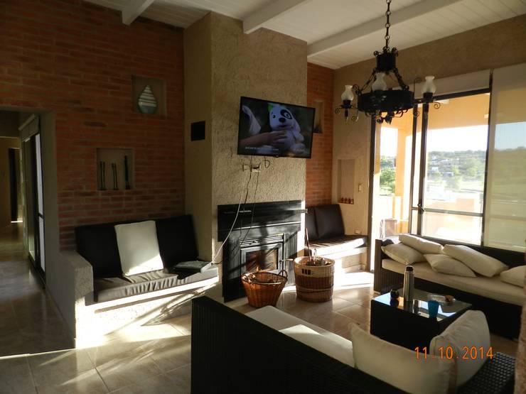 CASA DE CAMPO LOMAS DEL REY: Livings de estilo moderno por ART quitectura + diseño de Interiores. ARQ SCHIAVI VALERIA