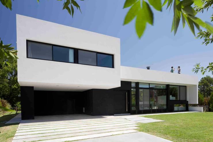 Casa Grand Bell: Casas de estilo  por Remy Arquitectos,