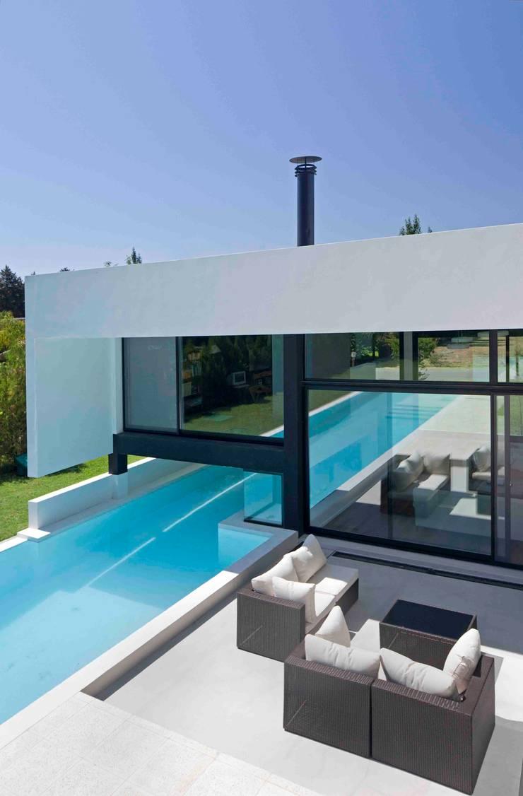 Casa Grand Bell: Piletas de estilo  por Remy Arquitectos,