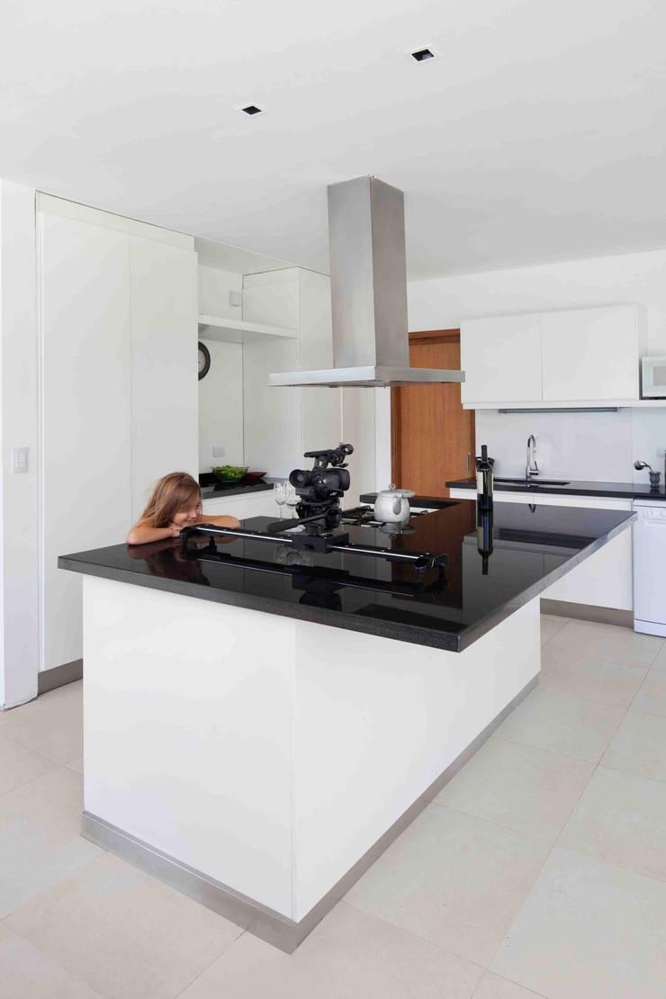 Casa Grand Bell: Cocinas de estilo  por Remy Arquitectos,