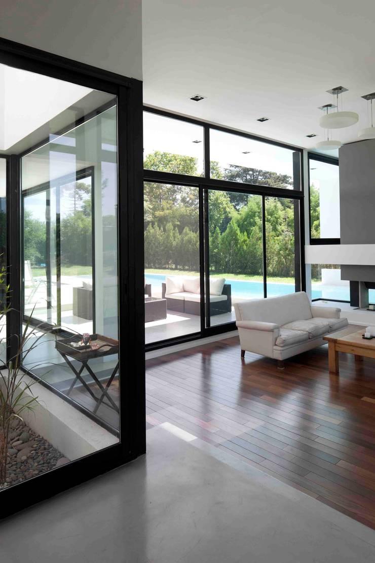Casa Grand Bell: Livings de estilo  por Remy Arquitectos,