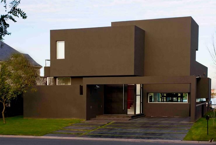Casa Negra: Casas de estilo  por Remy Arquitectos
