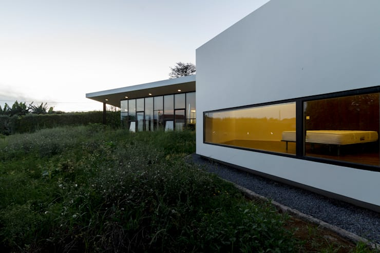 Casa Rosto do Cão: Casas minimalistas por Monteiro, Resendes & Sousa Arquitectos lda.