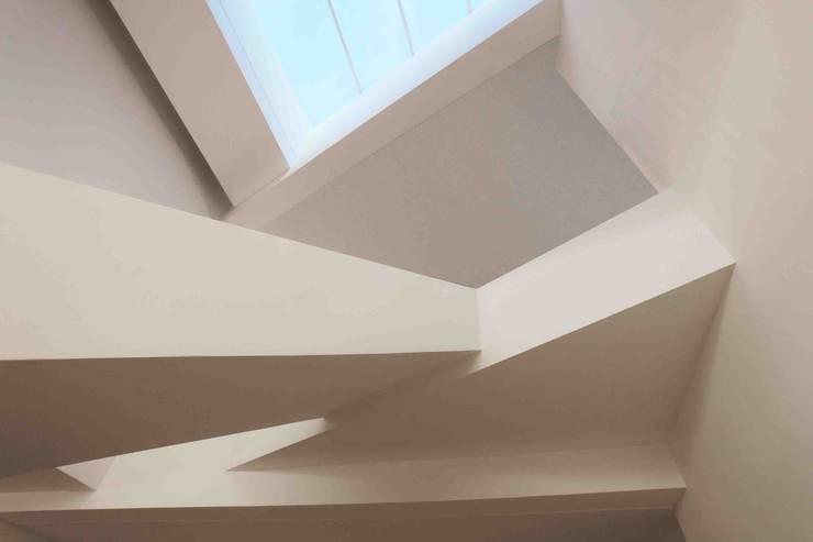 Casa Orquidea: Pasillos y recibidores de estilo  por Remy Arquitectos