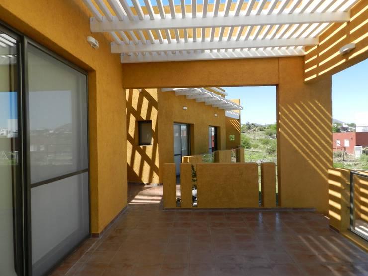 CASA DE CAMPO LOMAS DEL REY: Terrazas de estilo  por ART quitectura + diseño de Interiores. ARQ SCHIAVI VALERIA