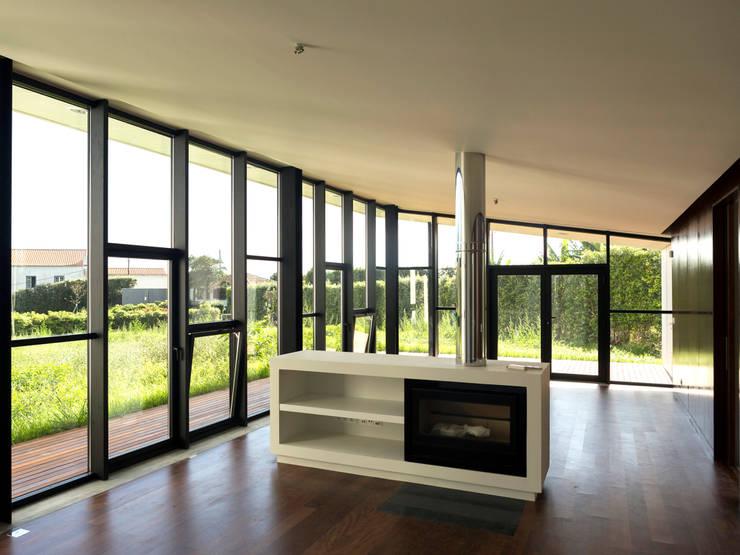 Casa Rosto do Cão: Salas de estar minimalistas por Monteiro, Resendes & Sousa Arquitectos lda.