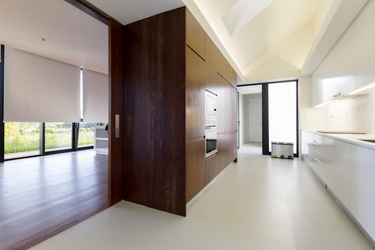 Casa Rosto do Cão: Cozinhas minimalistas por Monteiro, Resendes & Sousa Arquitectos lda.