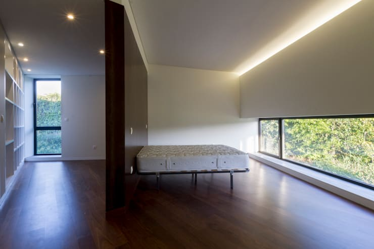 Casa Rosto do Cão: Quartos  por Monteiro, Resendes & Sousa Arquitectos lda.