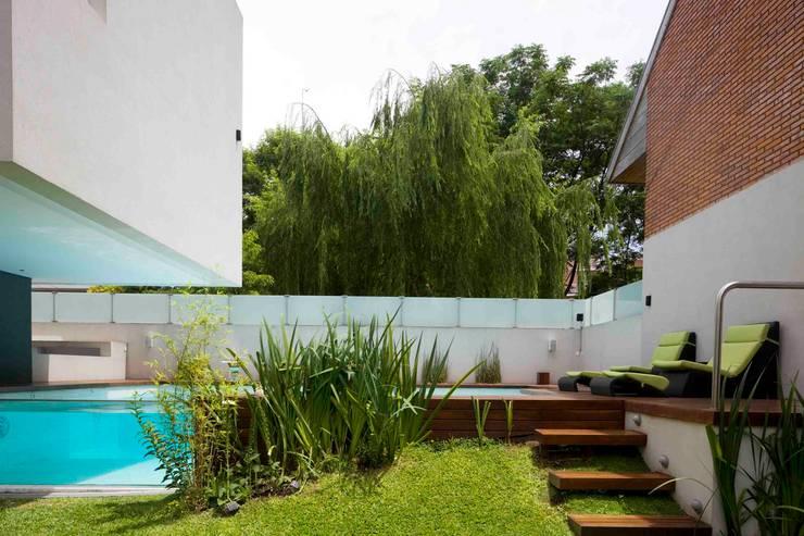 Jardins modernos por Remy Arquitectos Moderno