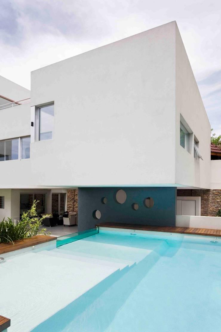 Piscinas modernas por Remy Arquitectos Moderno