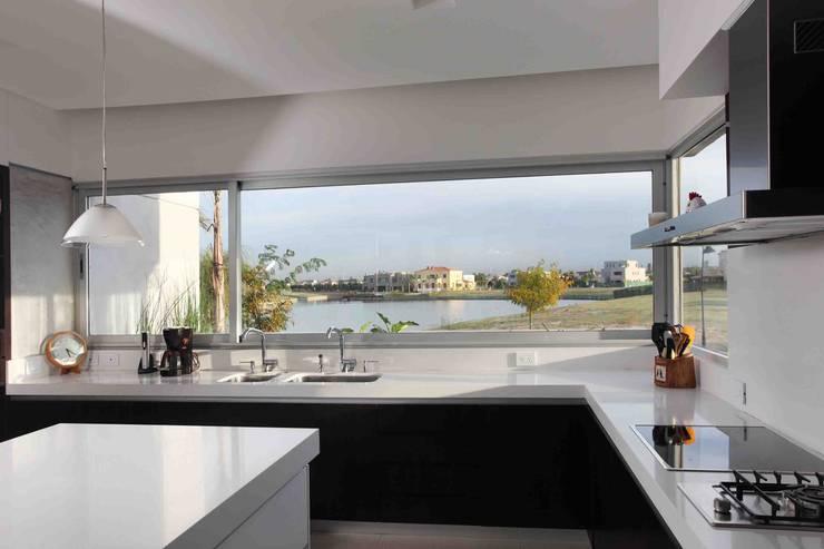 Casa del Cabo: Cocinas de estilo  por Remy Arquitectos