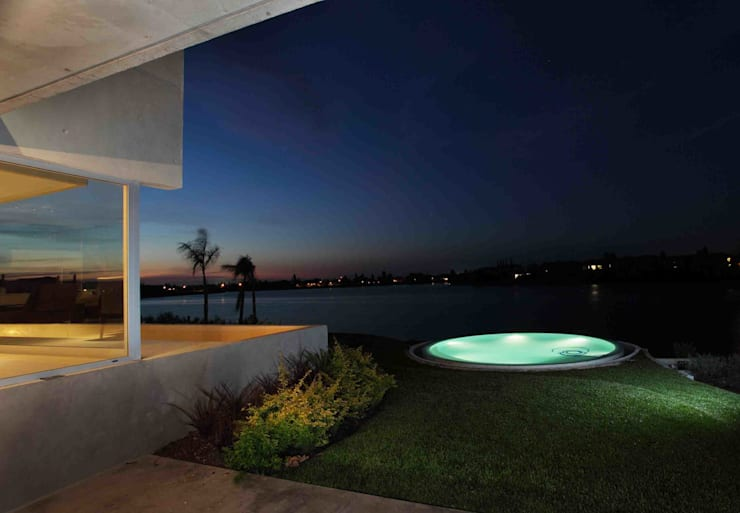 modern Pool by Remy Arquitectos