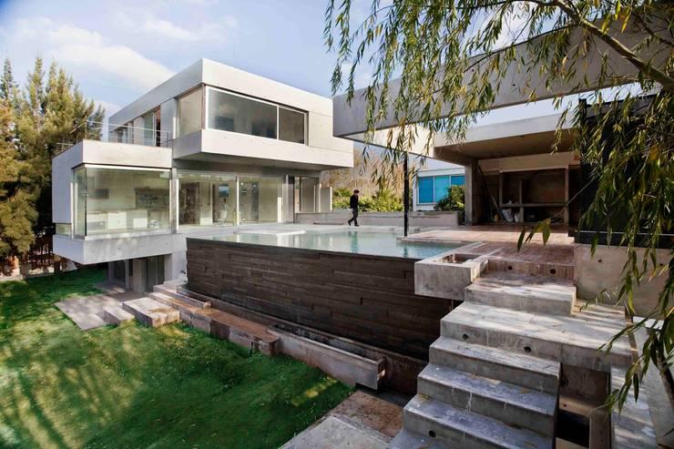 Casa Náutica: Piletas de estilo  por Remy Arquitectos