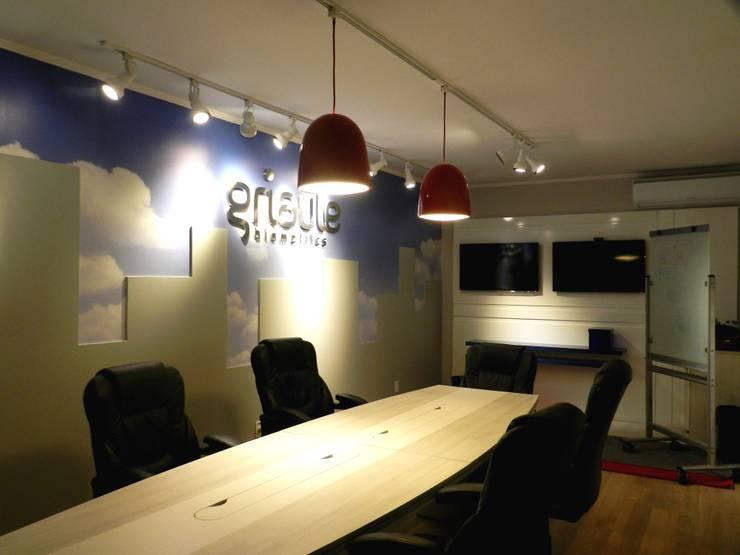 Sala de Reuniões Empresa Griaule Biometrics: Escritórios  por Amanda Fernandes Design de Interiores