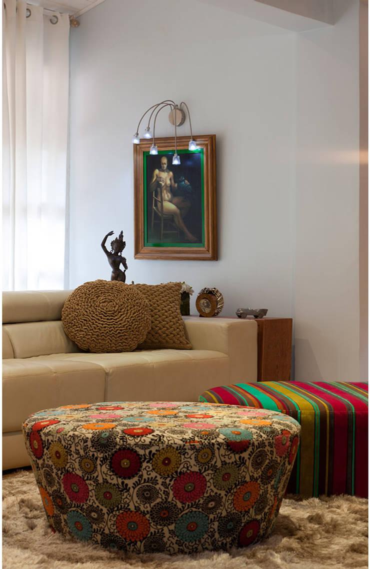 Casa Retiro do Chalé: Salas de estar  por MMMundim Arquitetura e Interiores