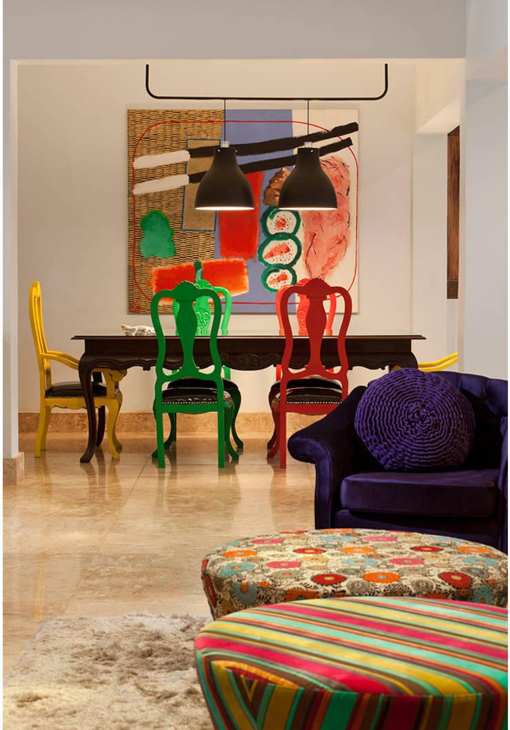 Casa Retiro do Chalé: Salas de jantar  por MMMundim Arquitetura e Interiores