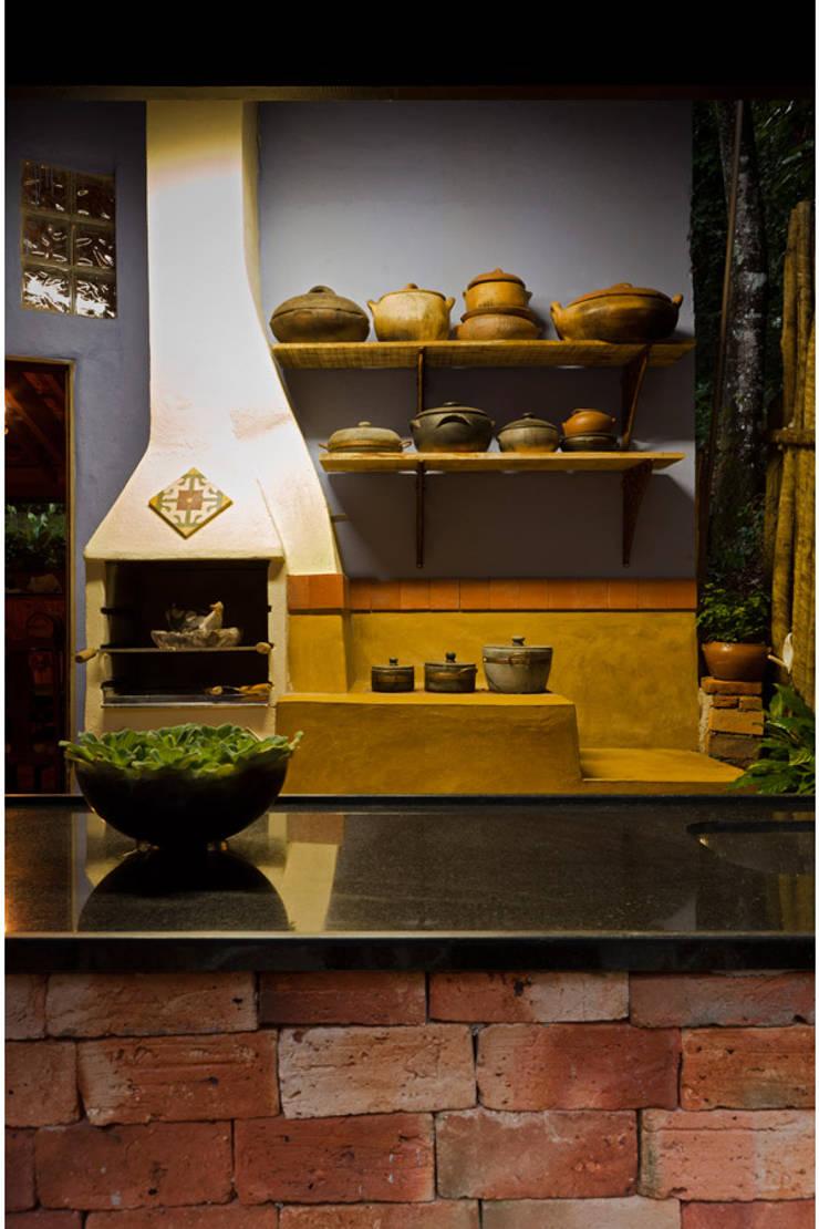 Casa Retiro do Chalé: Cozinhas  por MMMundim Arquitetura e Interiores
