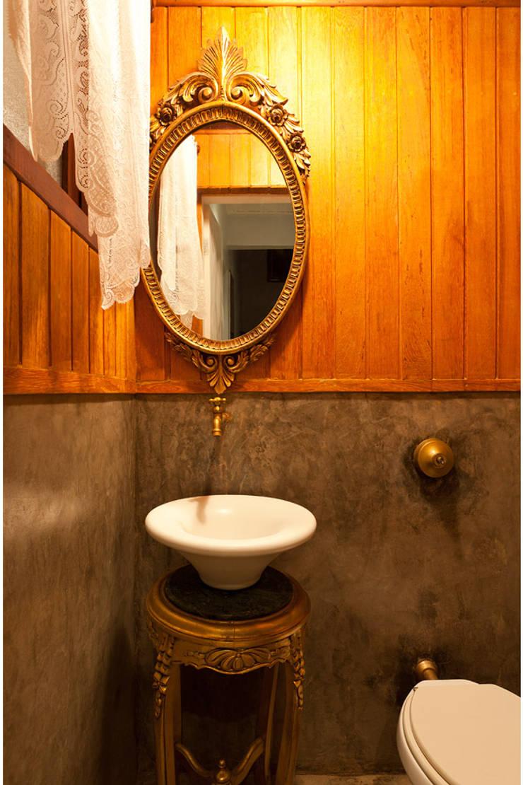 Casa Retiro do Chalé: Banheiros  por MMMundim Arquitetura e Interiores