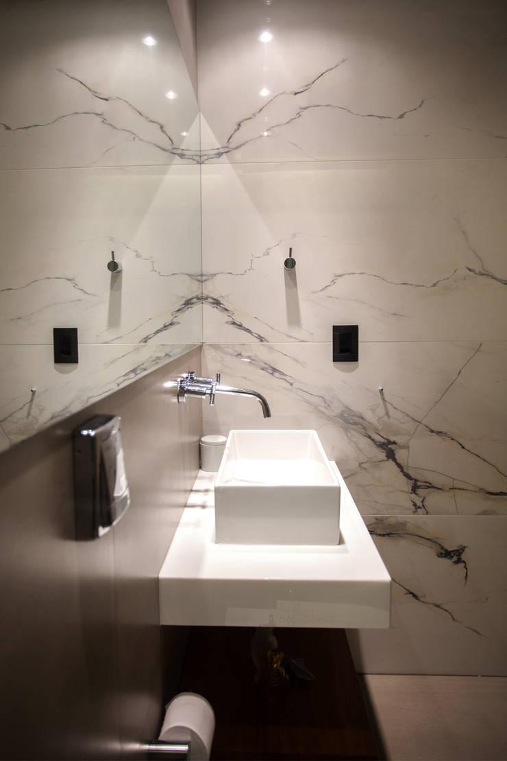 Apartamento FR: Banheiros  por F studio arquitetura + design,