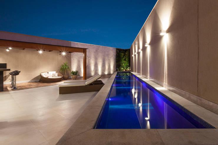 Residência Planalto: Piscinas  por Estela Netto Arquitetura e Design,Moderno