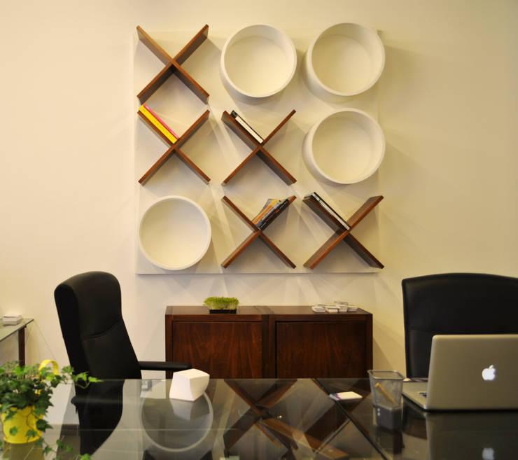 Salones de estilo minimalista de Produzioni Proietto