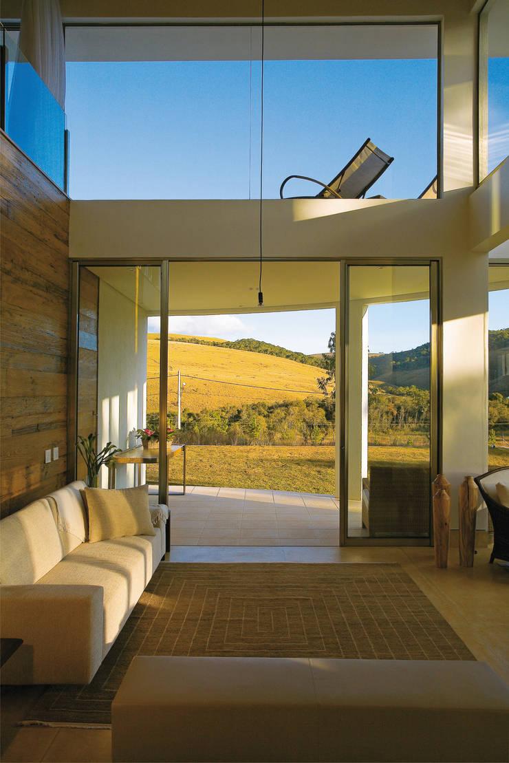 Loft: Salas de estar  por Isabela Canaan Arquitetos e Associados