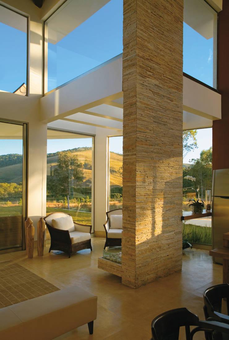 Loft: Janelas   por Isabela Canaan Arquitetos e Associados