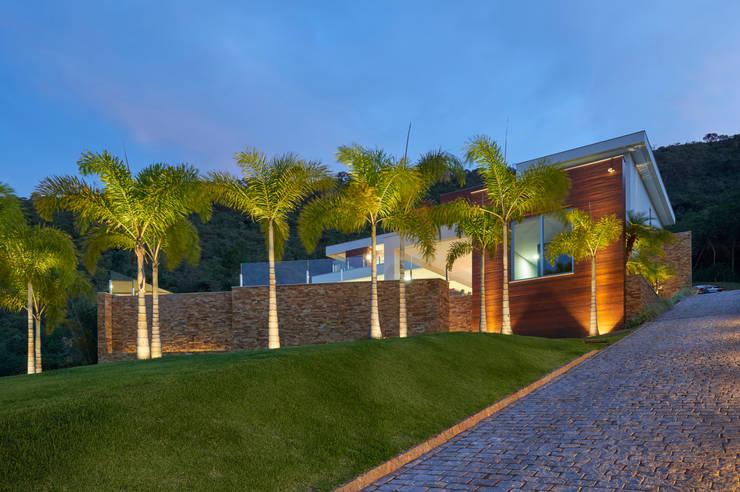 Casa Quintas do Sol: Casas  por Márcia Carvalhaes Arquitetura LTDA.