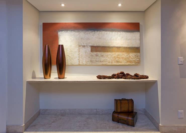 Apartamento AD: Corredores e halls de entrada  por Isabela Canaan Arquitetos e Associados