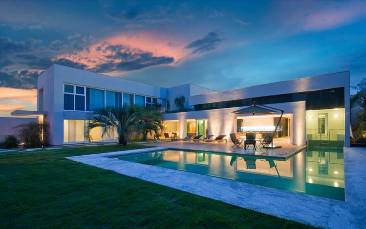 Casa Belvedere: Piscinas  por Márcia Carvalhaes Arquitetura LTDA.