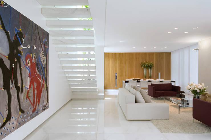 Living room by Márcia Carvalhaes Arquitetura LTDA.