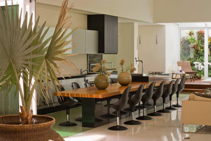Casa Belvedere: Cozinhas  por Márcia Carvalhaes Arquitetura LTDA.