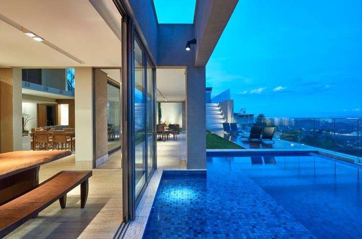 Casa Riviera : Piscinas  por Márcia Carvalhaes Arquitetura LTDA.,