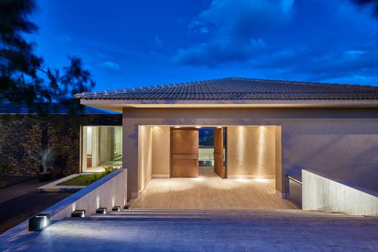 Casa Riviera : Casas  por Márcia Carvalhaes Arquitetura LTDA.,