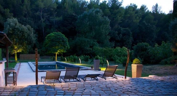 Eclairage: Jardin de style de style Méditerranéen par Architecture Nature & Lumière