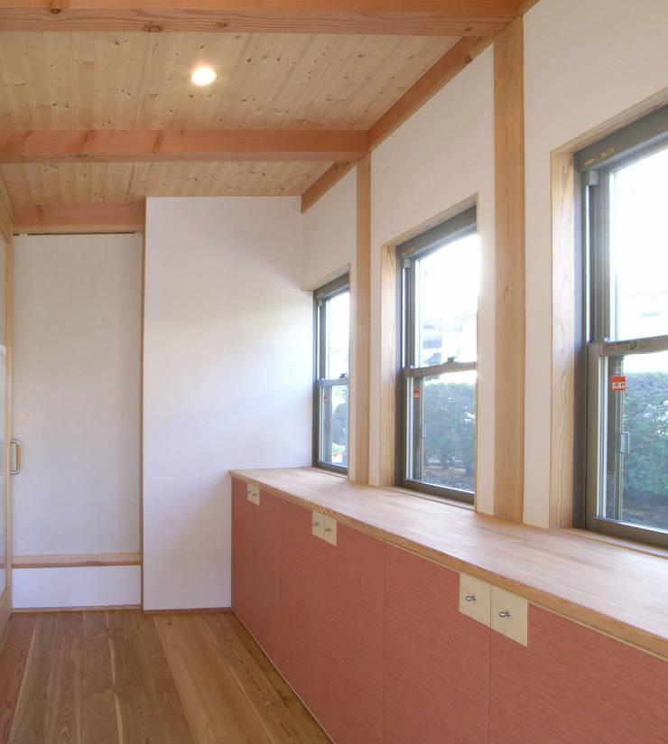 紀三井寺の家: 株式会社 atelier waonが手掛けた廊下 & 玄関です。