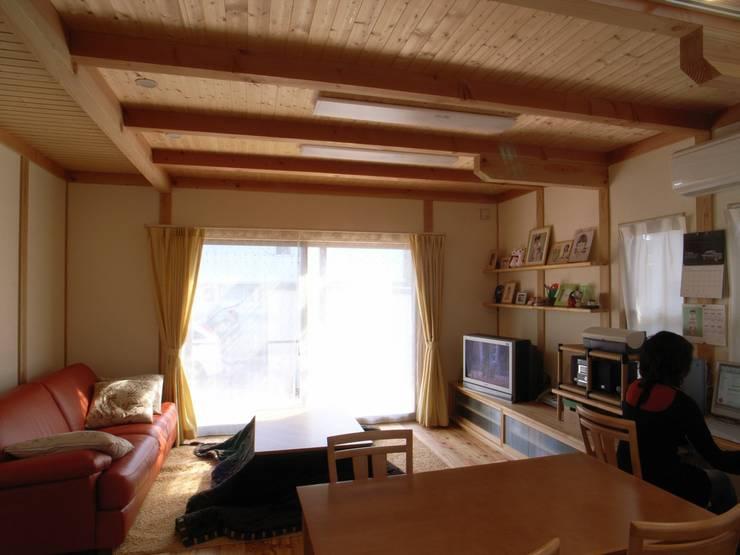 紀三井寺の家: 株式会社 atelier waonが手掛けたリビングです。