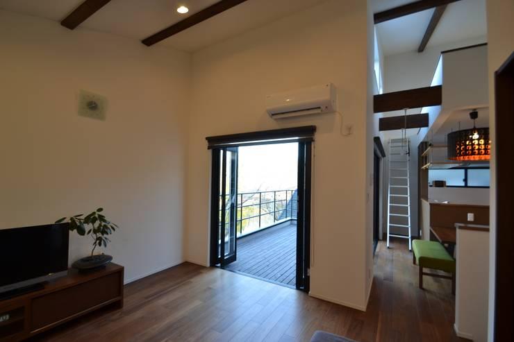 Modern living room by 株式会社スタジオ・チッタ Studio Citta Modern