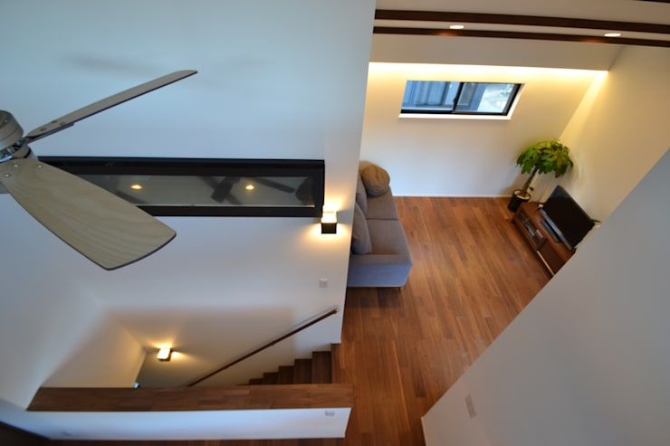 Paredes y pisos modernos de 株式会社スタジオ・チッタ Studio Citta Moderno