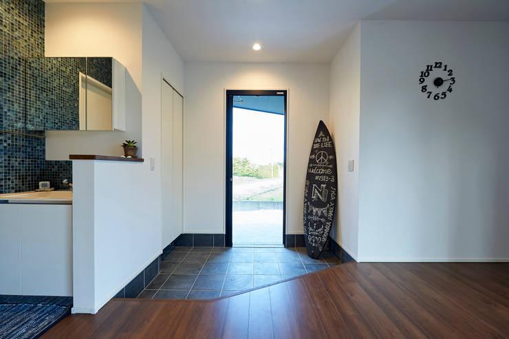 西海岸な平屋: 株式会社スタジオ・チッタ Studio Cittaが手掛けた廊下 & 玄関です。