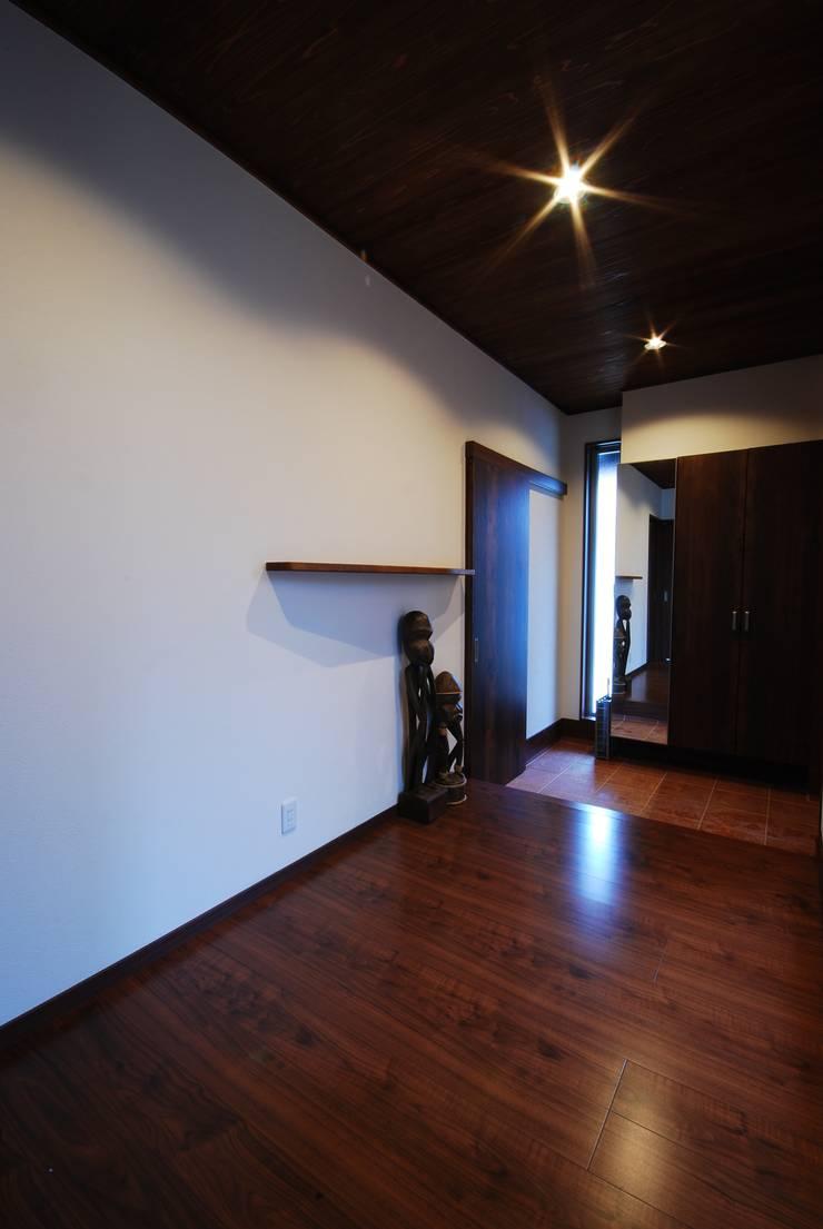プライベートテラスのある家: 一級建築士事務所  馬場建築設計事務所が手掛けた廊下 & 玄関です。