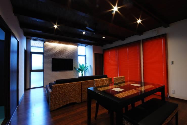 プライベートテラスのある家: 一級建築士事務所  馬場建築設計事務所が手掛けたリビングです。
