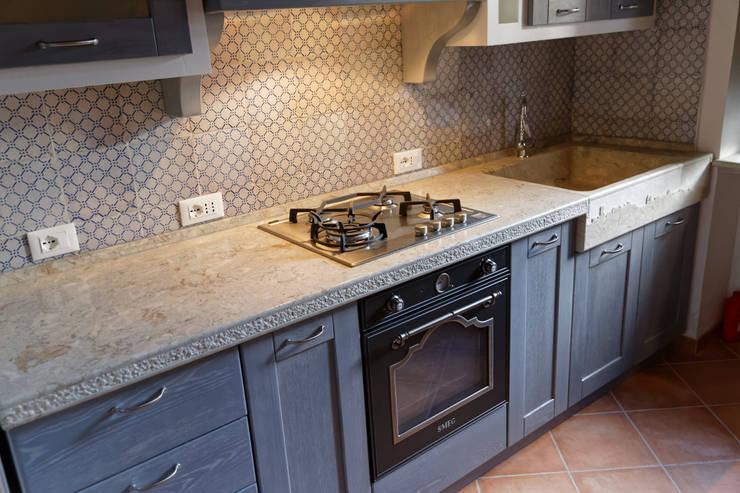 Piano cucina in pietra con lavorazione rustica: Cucina in stile  di CusenzaMarmi