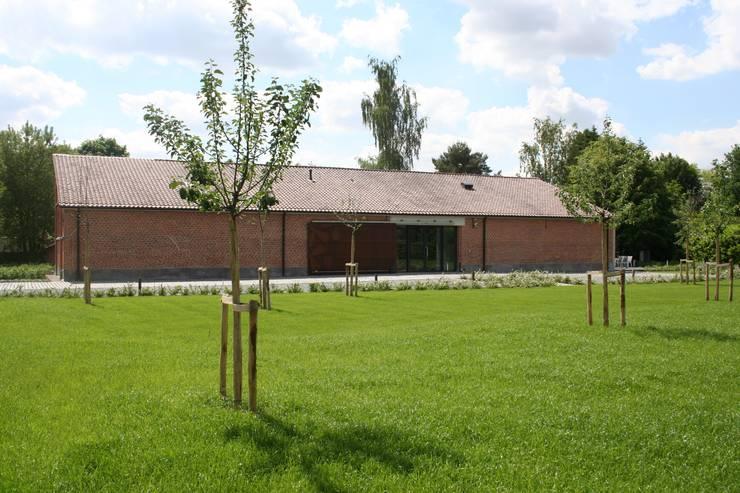 Tiendenschuur Van Mol Schoten:  Huizen door DI-vers architecten - BNA