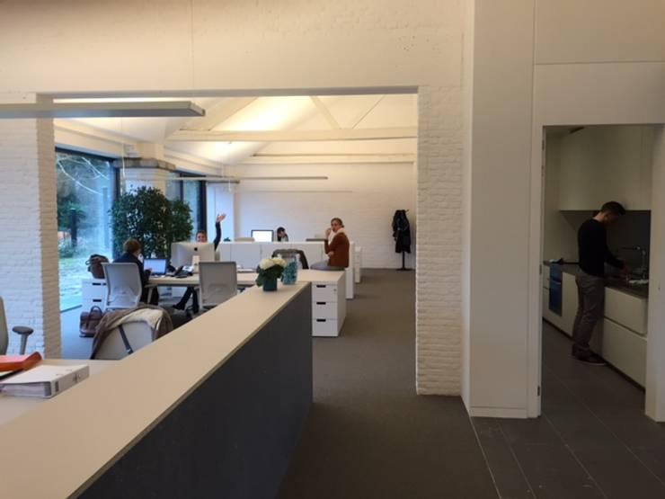 Tiendenschuur Van Mol Schoten:  Muren door DI-vers architecten - BNA