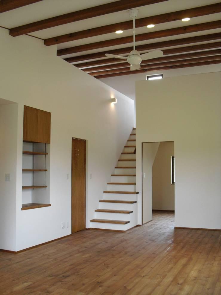 篠山の家: 株式会社 atelier waonが手掛けた廊下 & 玄関です。