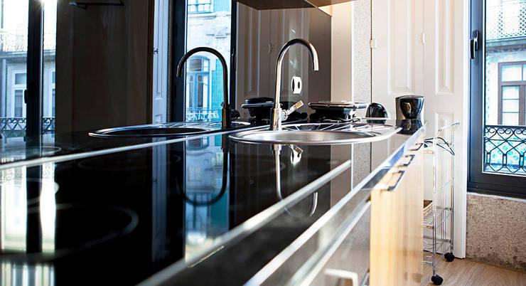 Edifício habitacional: Cozinhas  por Alves Dias arquitetos